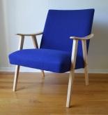 """Her får man det ullent og blått i blått. En klassisk stol i bøk har fått nytt fyll og ulltrekk av beste kvalitet, Hallingdal65 fra Gudbrandsdalens Uldvarefabrik. Treverket er pussa og lakka med halvblank vannbasert lakk. Enkelt og greit en en veldig fin stol, som har fått sin rennesanse og er klar for et liv nummer to hjemme hos deg. 4000,- Les mer under fanen """"stoler til salgs"""""""