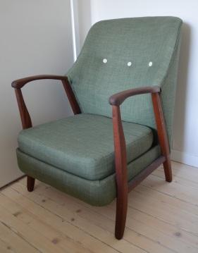 1500 kroner! Denne stolen er et prosjekt fra i fjor som jeg har hatt stående. Den er trukket i et relativt rimelig, men slitesterkt og pent nok møbelstoff fra Stoff&Stil. Nå for tiden trekker jeg stolene stort sett i mer eksklusivt møbelstoff, så denne går noen kroner billigere enn de andre jeg legger ut. Armlener og bein er pussa og olja.
